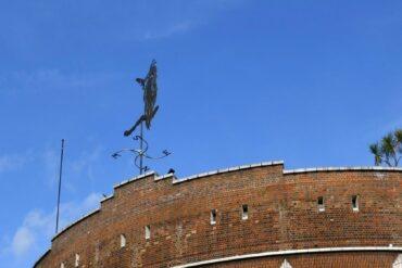image of Brixton Heron sculpture in situ
